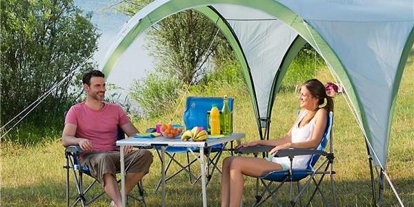 Un camping réussit grâce à un repas sur une table de camping